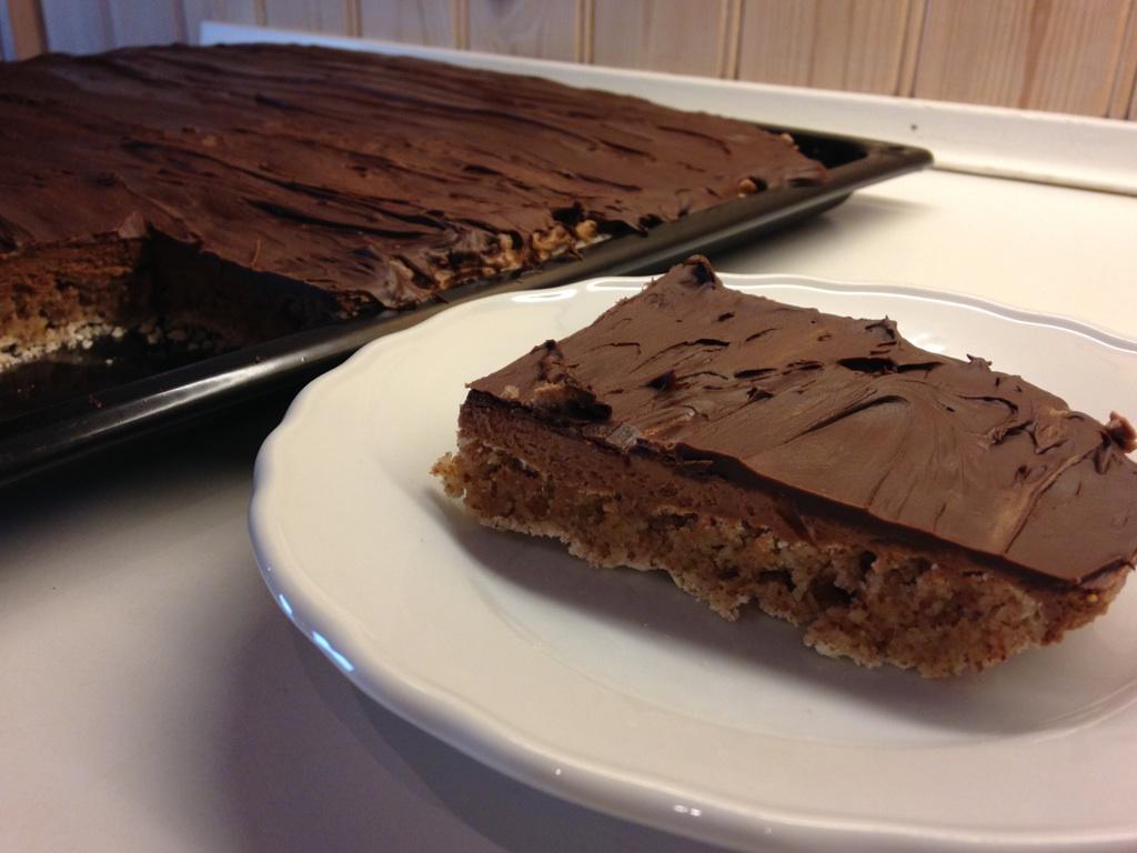 Mandelmarengs med sjokoladekrem på brett