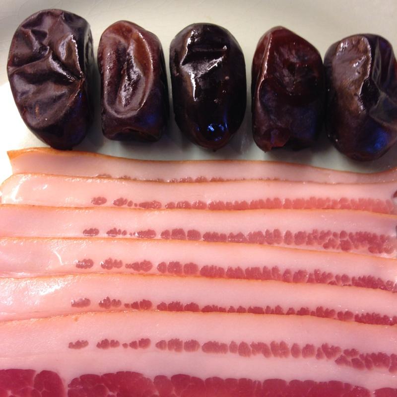 Bacon og dadler på fat