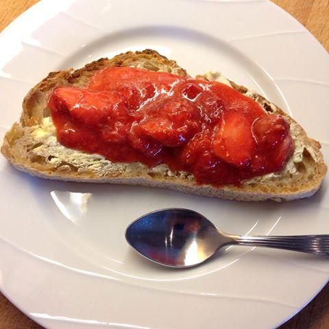 jordbærsyltetøy på brød