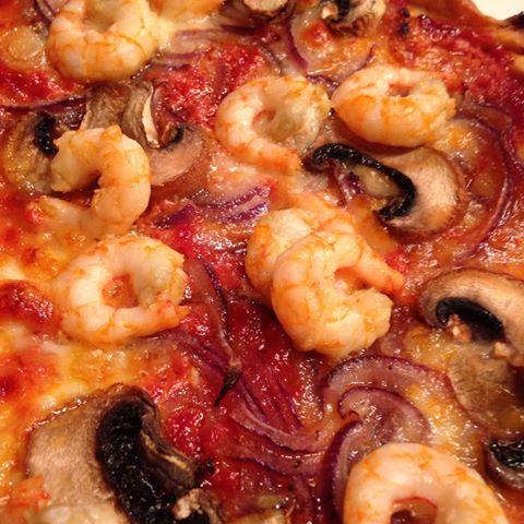 pizza med hvitløksmarinerte reker
