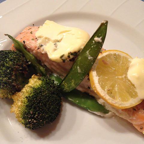 laks i ovn med creme fraiche og grønnsaker på fat