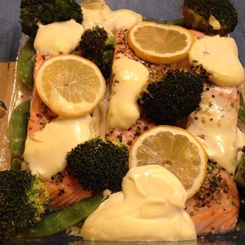 laks i ovn med creme fraiche og grønnsaker